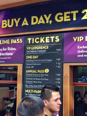 سعر تذكرة اليونيفيرسال ستوديو 92 دولار كما هو موضح في الصورة