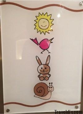 المصعد في فندق الاطفال لا يحمل اي ارقام بل صور توضيحية حتى يسهل على الاطفال تذكرها .