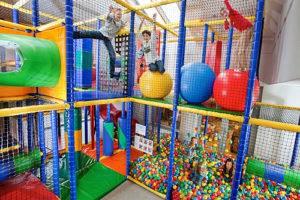 مناطق مخصصة للألعاب الداخلية للأطفال .