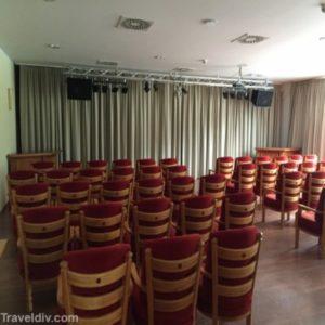 مسرح خاص للأطفال يقدمون فيه استعراضات متنوعة