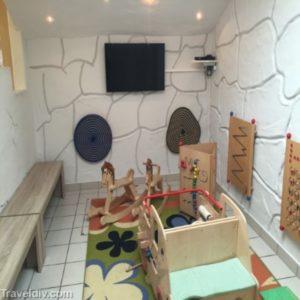 غرفة في مطعم الفندق مخصصة للاطفال للعب و التلفزيون