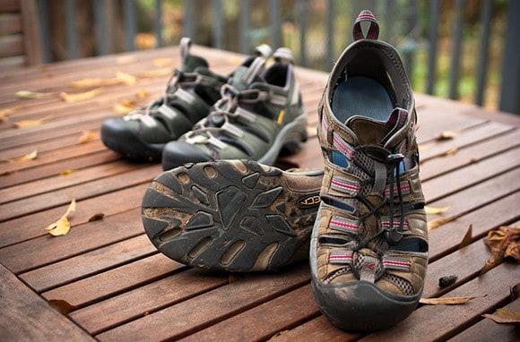 2608823bca193 اختيار الحذاء المناسب للسفر هو من اهم و اصعب الامور في رحلتك الى اوروبا و  هذه المقالة ستساعدك في اختيار الحذاء المناسب لرحلتك بحيث تضمن ان تتجول و  تمشي و ...