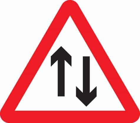لوحة تعني ان الطريق مزدوج و ذو اتجاهين