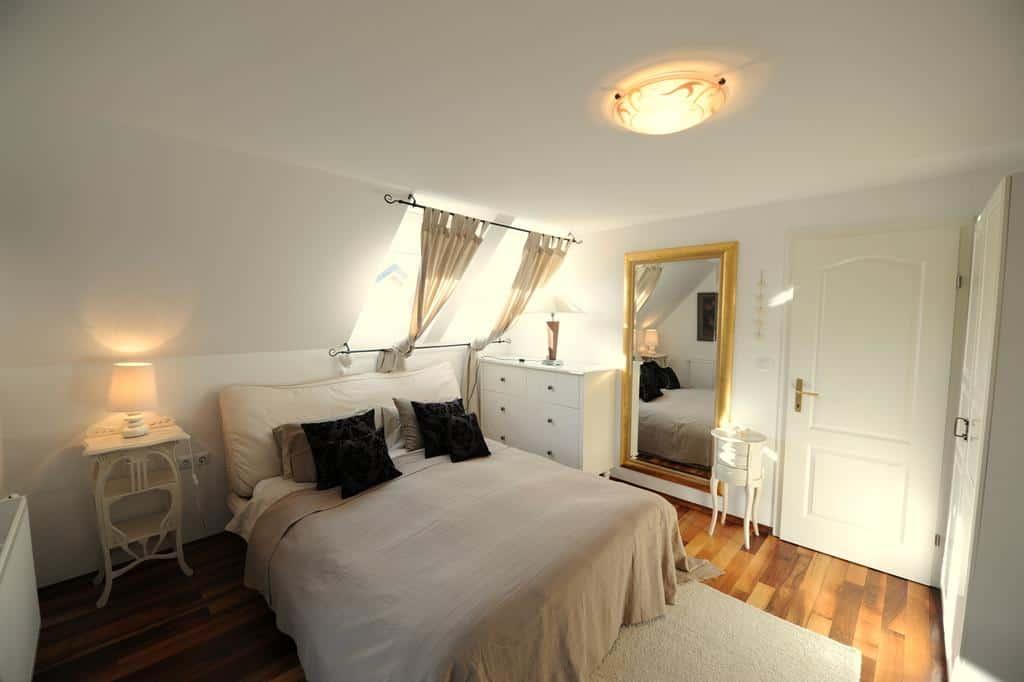 غرفة نوم بلون أبيض في فيلا ميا