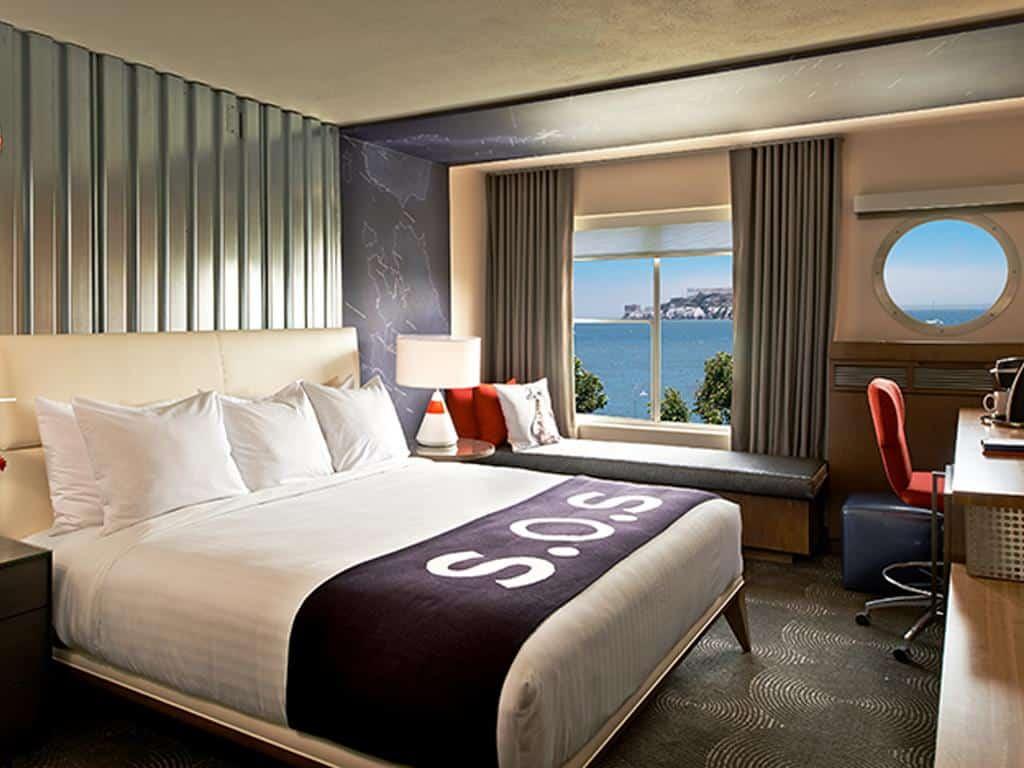 غرفة نوم ونافذة تطل على البحر في فندق زفير