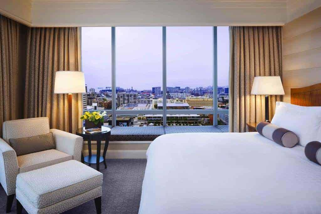 غرفة نوم وشرفة في فندق فور سيزون