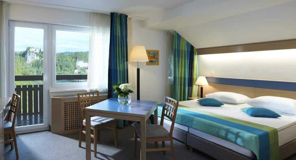 غرفة نوم في فندق سافيكا و نافذة مطلة على غابة
