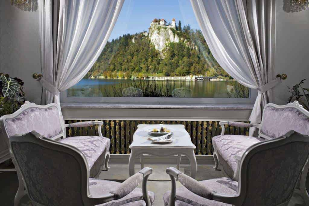 أرائك قريبة من نافذة تطل على بحير بليد في فندق جراند توبليتسي
