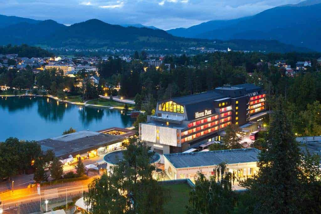 مشهد علوي يظهر فندق بارك قريب من بحيرة بليد