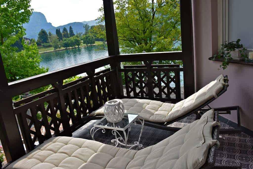 كراسيان على شرفة مطلة على بحيرة بليد في فندق فيلا ايسترا