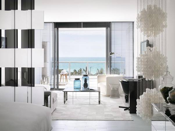 غرفة جلوس وشرفة مطلة على البحر في دابليو ساوث بيتش