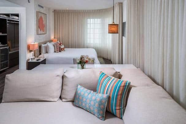 غرفتي الجلوس والنوم في فندق ذا مارلين