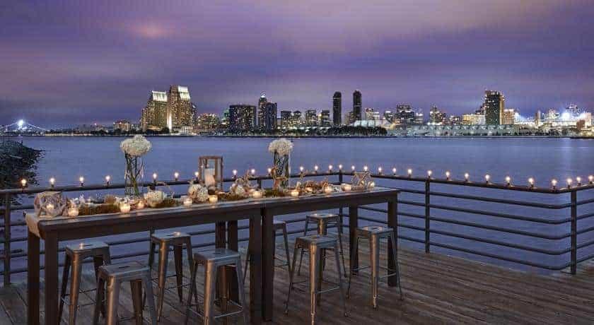 طاولة طعام وإطلالة على البحر في منتجع وسبا كورونادو آيلاند