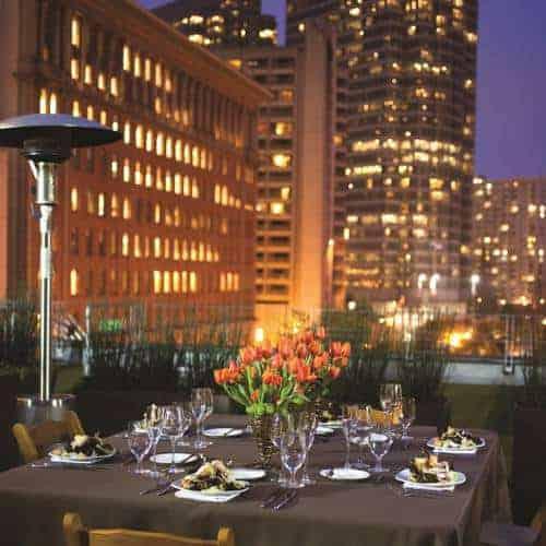 طاولة طعام وورود بإحدى الليالي في فندق فيتال