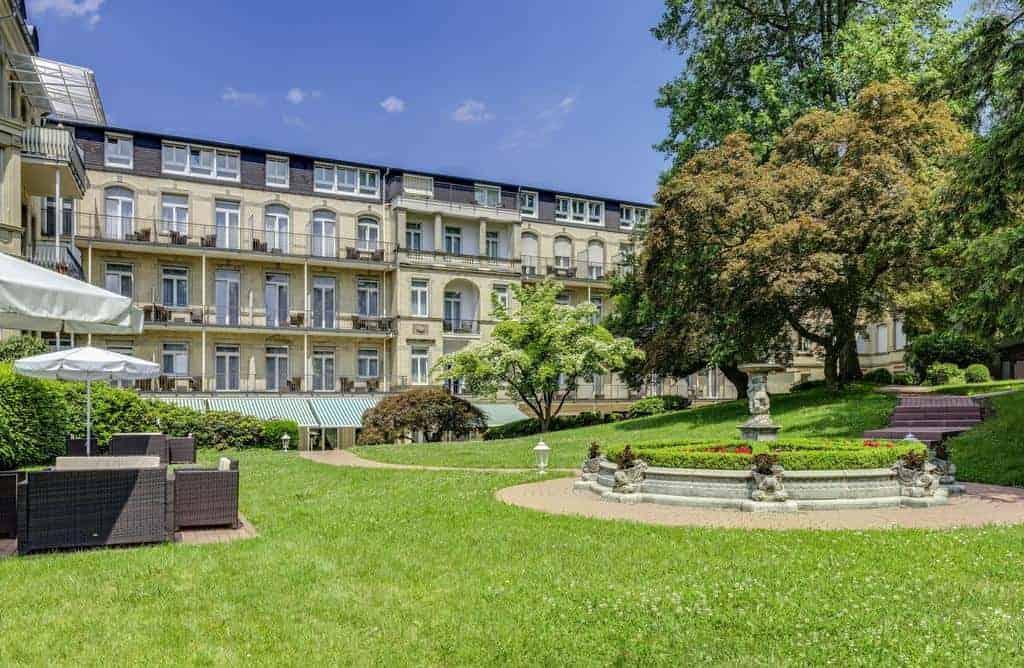 واجهة فندق فندق أم سوفينبارك المطلة على حديقة