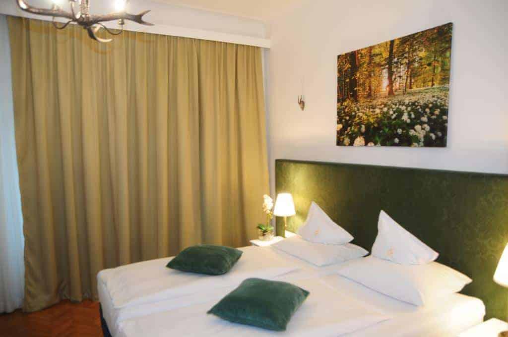 غرفة نوم في فندق غولدنيز لام
