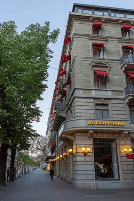 واجهة فندق سانت غوتهارد محاطة بالأشجار