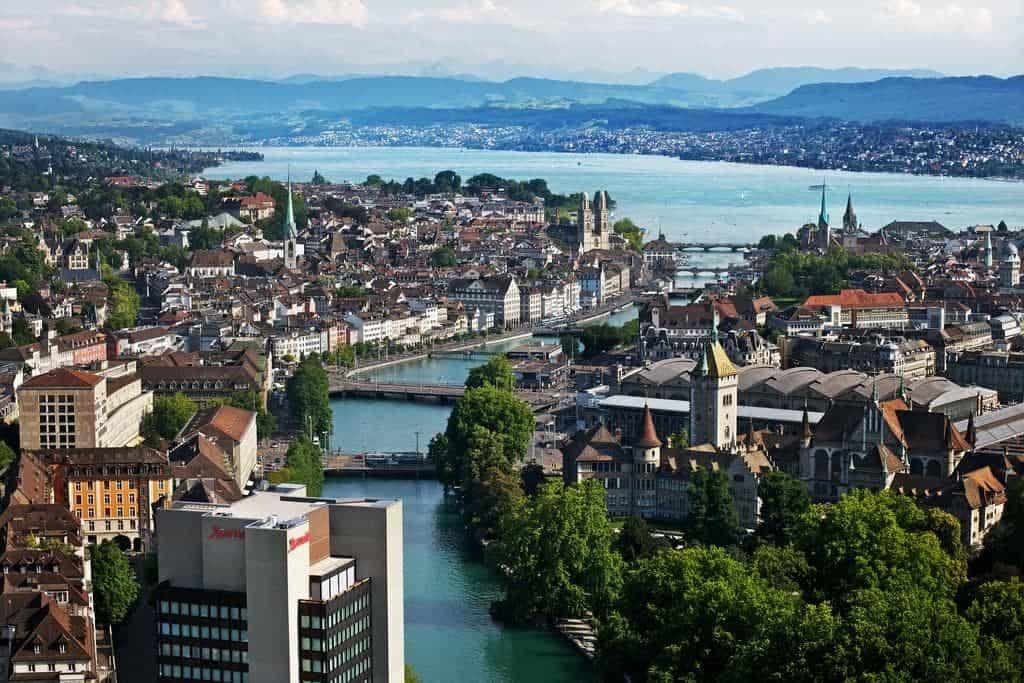 صورة جوية تظهر فندق ماريوت زوريخ مع نهر ليمات