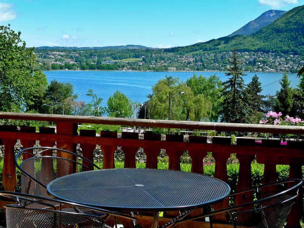 شرفة مطلة على بحيرة آنسي في فندق ديس ماركويساتس