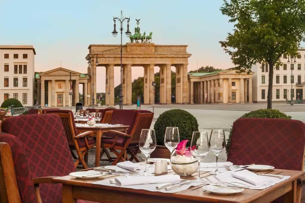 طاولة طعام مقابل بوابة برادنبيرغ في فندق كمبنسكي