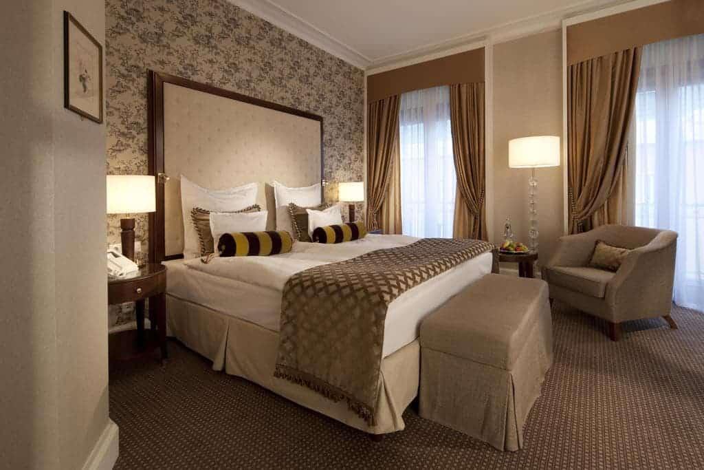 غرفة نوم في فندق بارك شتايغنبيرغر