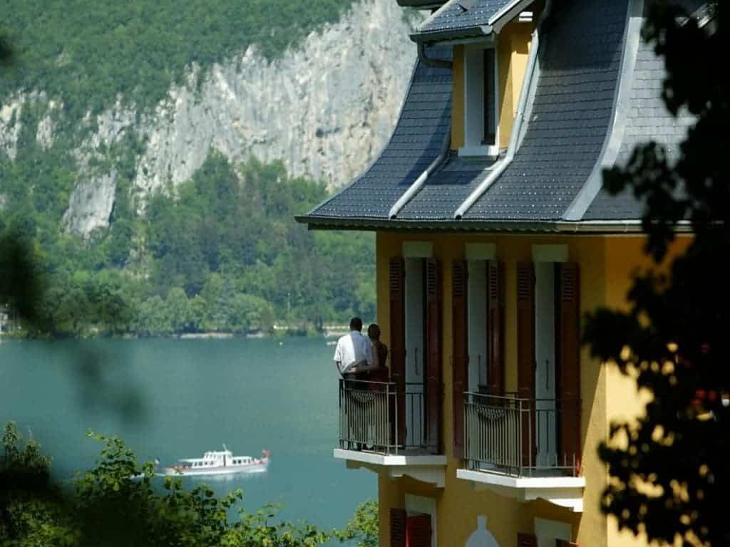 فندق لي تريزومس ليك آند سبا ريزورت المطل على بحيرة آنسي
