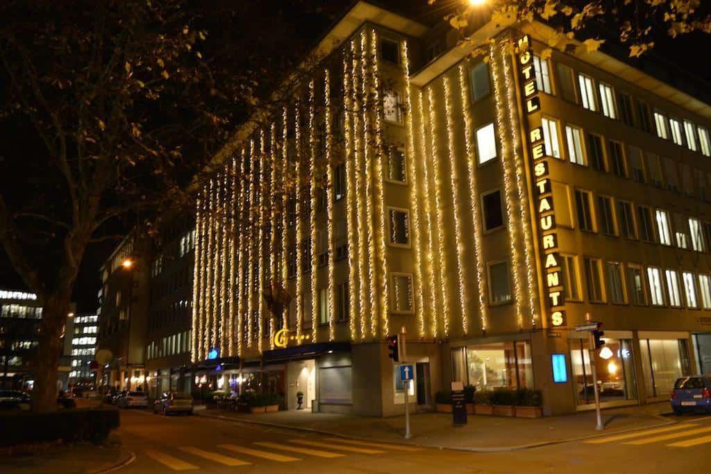 واجهة فندق غلارنيشهوف المزينة بالأضواء