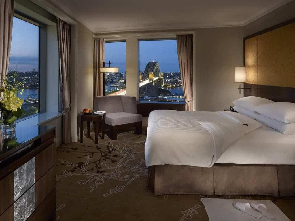 غرفة نوم في فندق شانغريلا سيدني