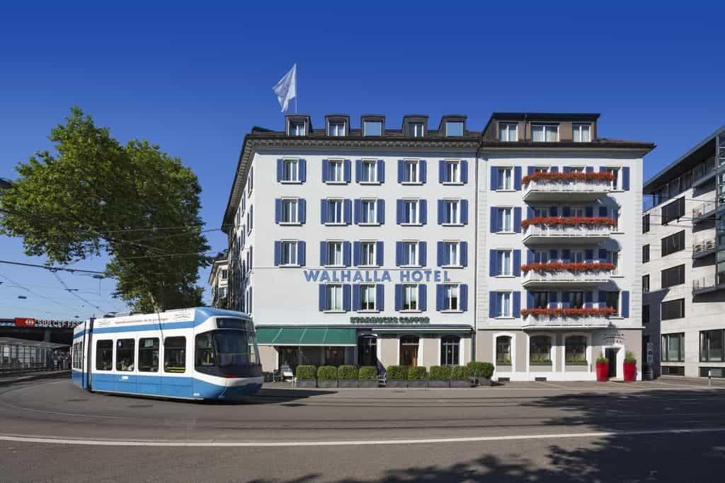 واجهة فندق فالهالا البيضاء وترام أزرق