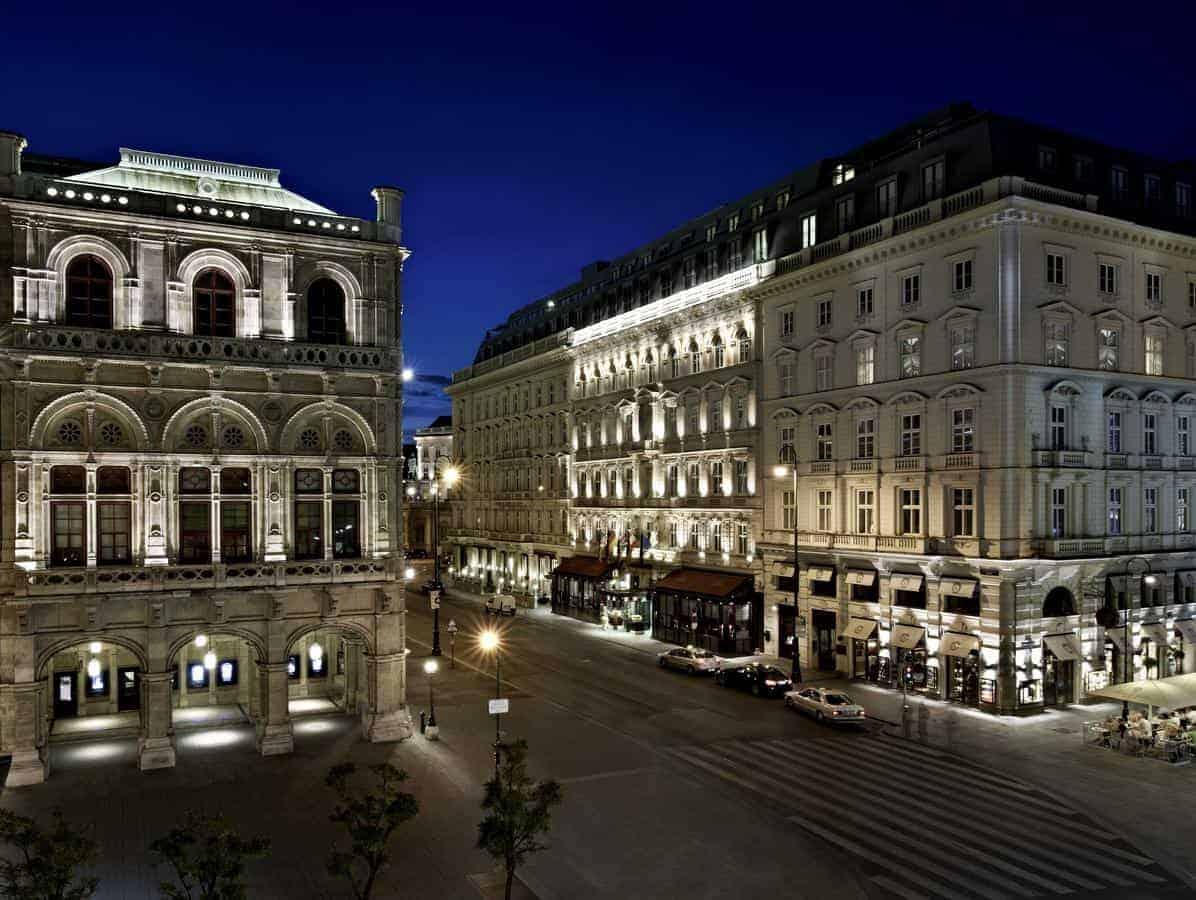 واجهة فندق زاخر فيينا المطلة على شارع المشاة