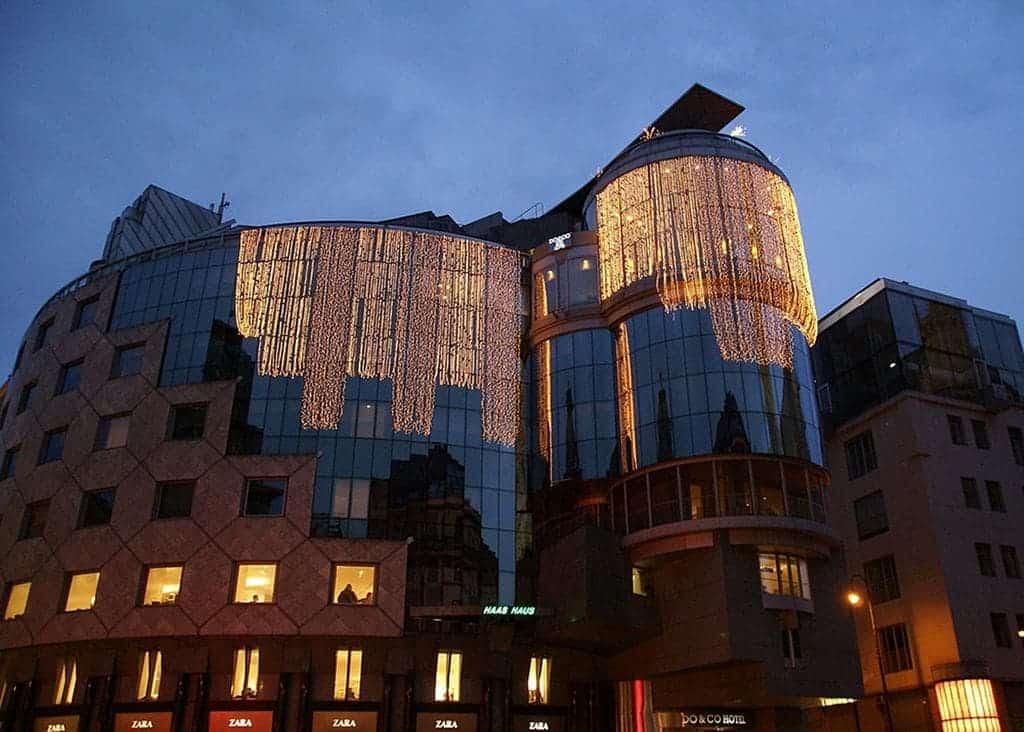 واجهة فندق دو آند كو الزجاجية