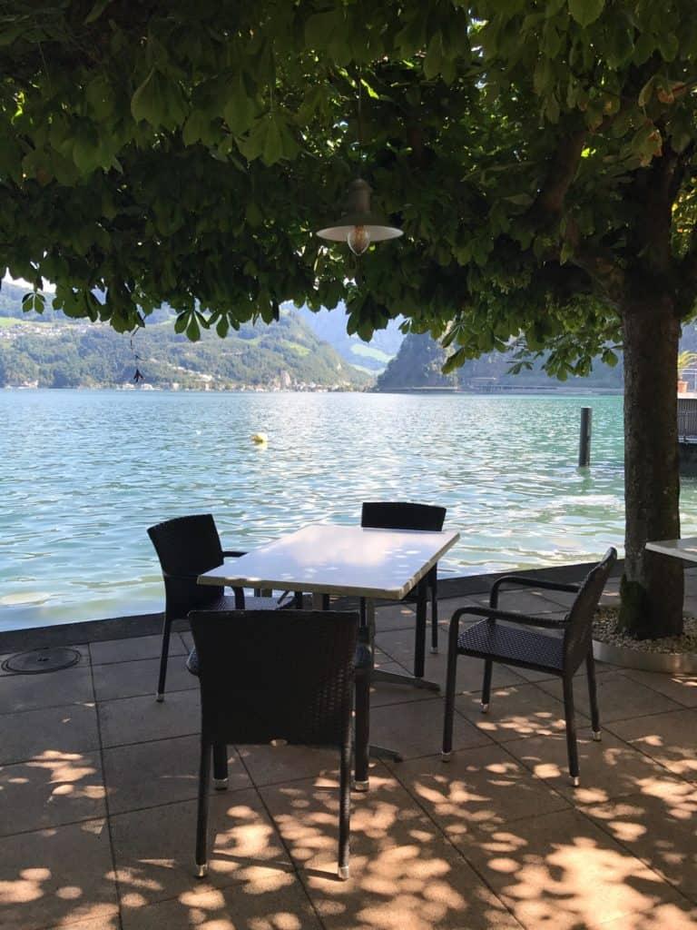 طاولة وكراسي أمام البحيرة