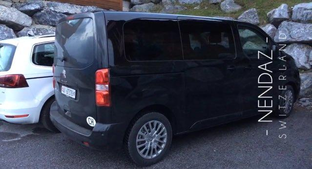 سيارة عائلية سوداء