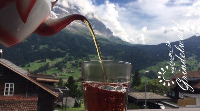 شخص يصب الشاي في كأس