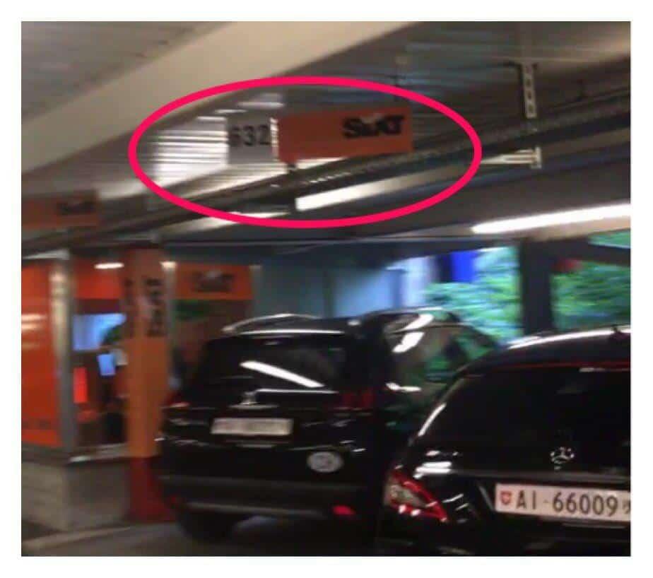 لوحة تظهر رقم موقف السيارات