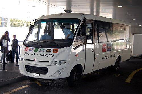 باص النقل المجاني الأبيض