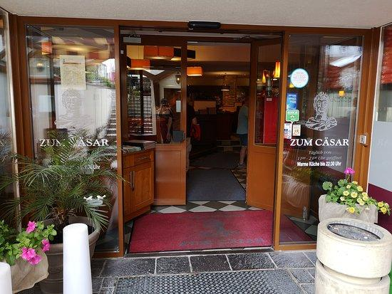 مدخل مطعم بيتزا القيصر