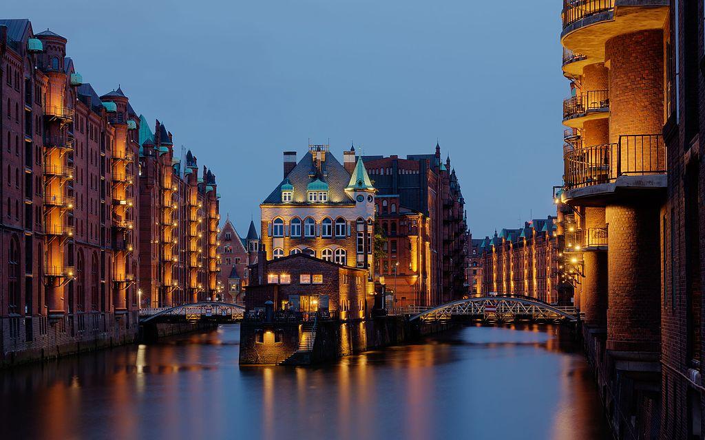 Hamburg,_Speicherstadt,_Wasserschloss_--_2016_--_3265-71