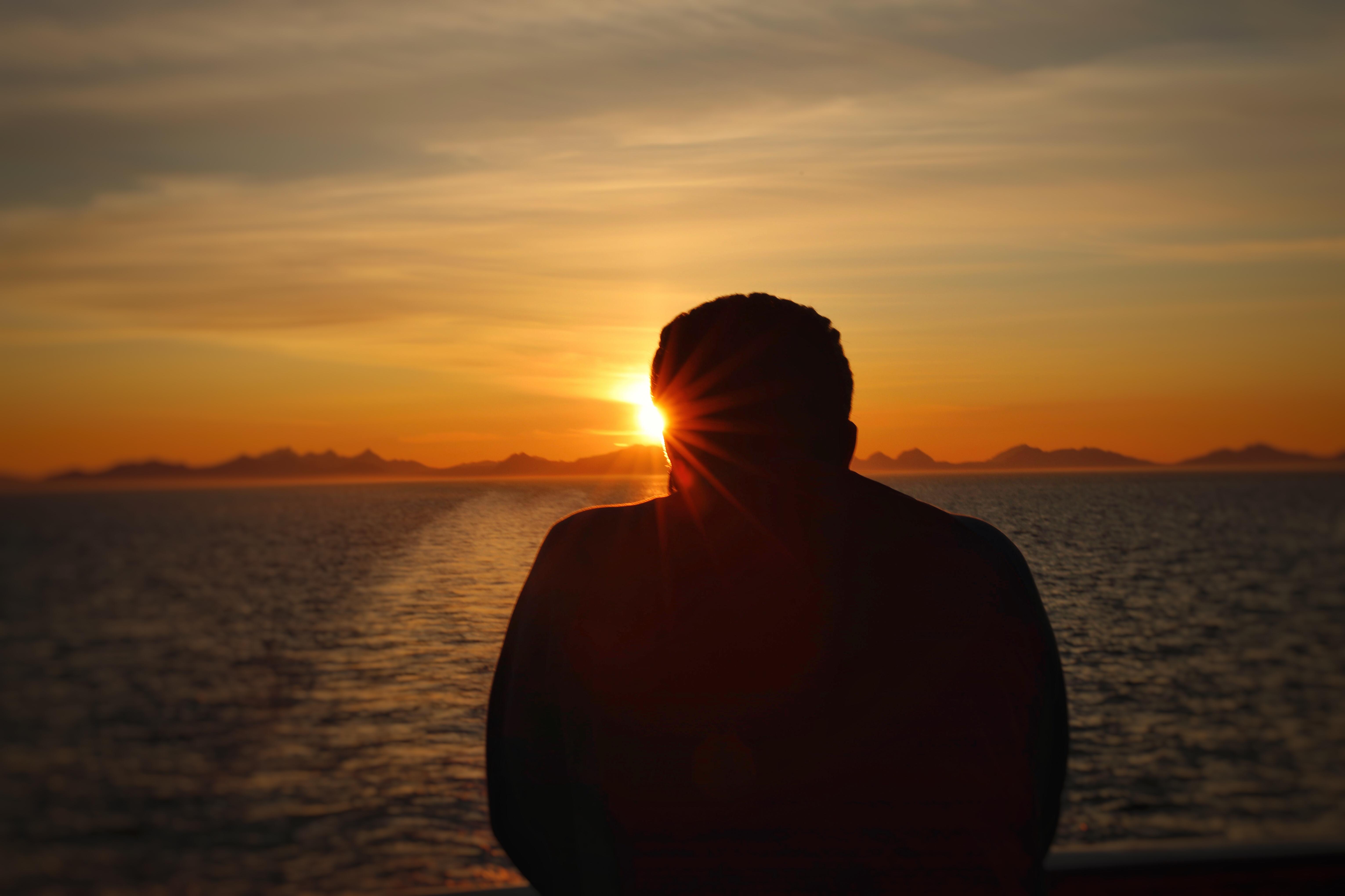 رحلة الكروز النرويجي لرؤية شمس منتصف الليل و اجمل المضائق النرويجية .